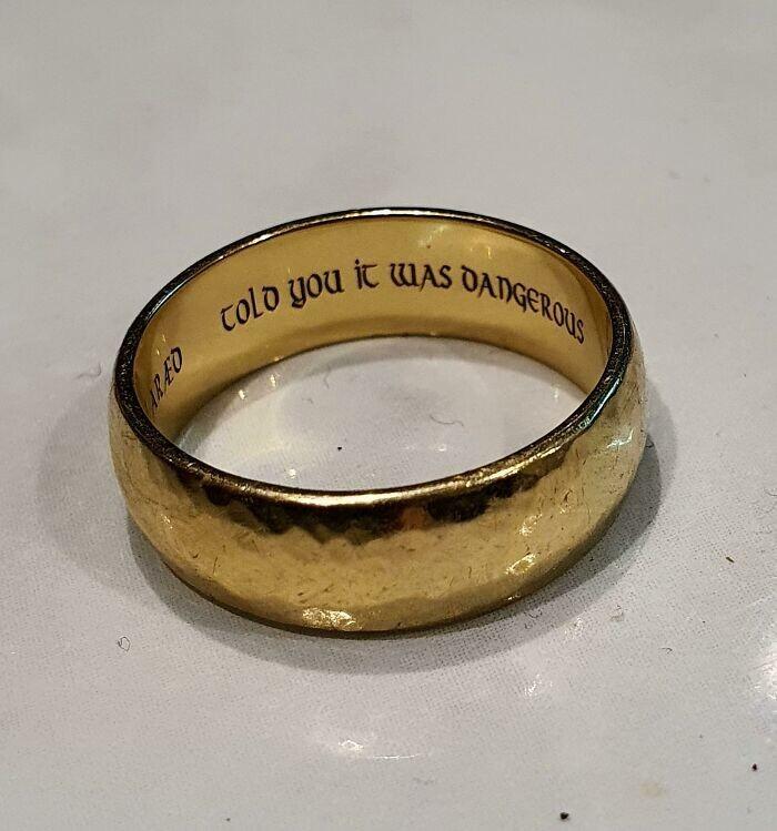 """33. """"Когда я в первый раз сказал жене, что люблю ее, она сказала """"Это опасно"""". Мы поженились год назад, и она сделала на моем кольце надпись """"Я же говорила, что это опасно""""."""