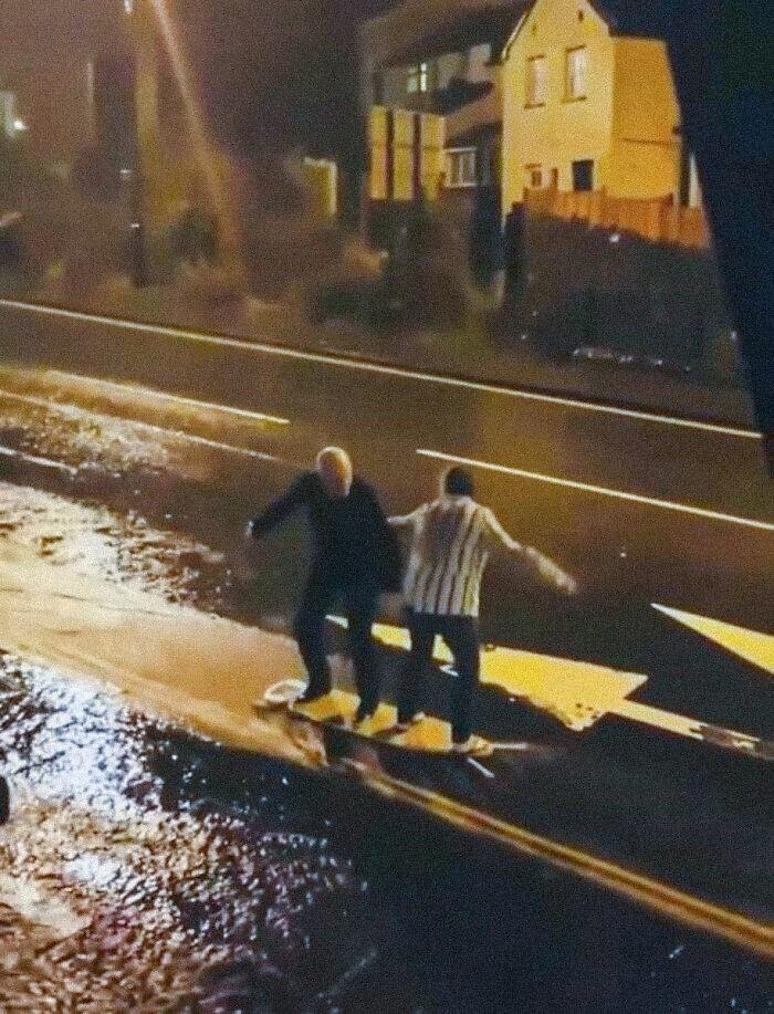 """11. """"Они серфили на гладильной доске под дождем. Теперь я понимаю, как важно найти кого-то, с кем можно состариться"""""""