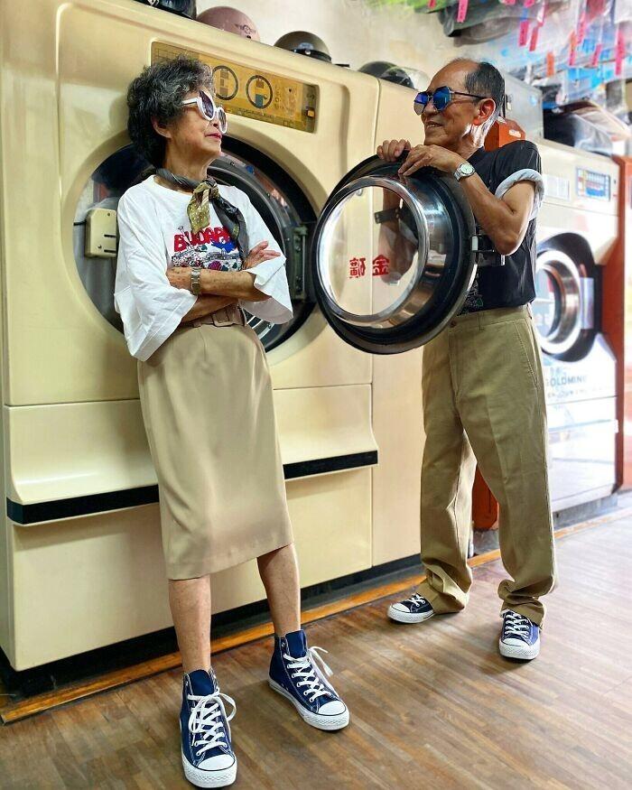 30. Пожилые супруги (83 и 84 года) из Тайваня позируют в забытых в прачечной вещах