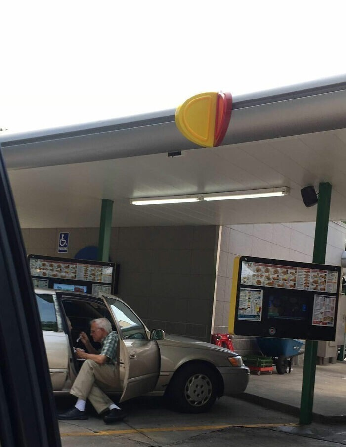 """38. """"Этот мужчина сидел в 36-градусную жару у своей машины и кормил 80-летнюю жену мороженым с ложечки"""""""