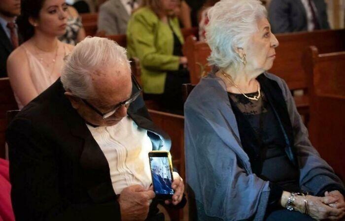 1. Мужчина втихаря фотографирует жену, пока она не смотрит