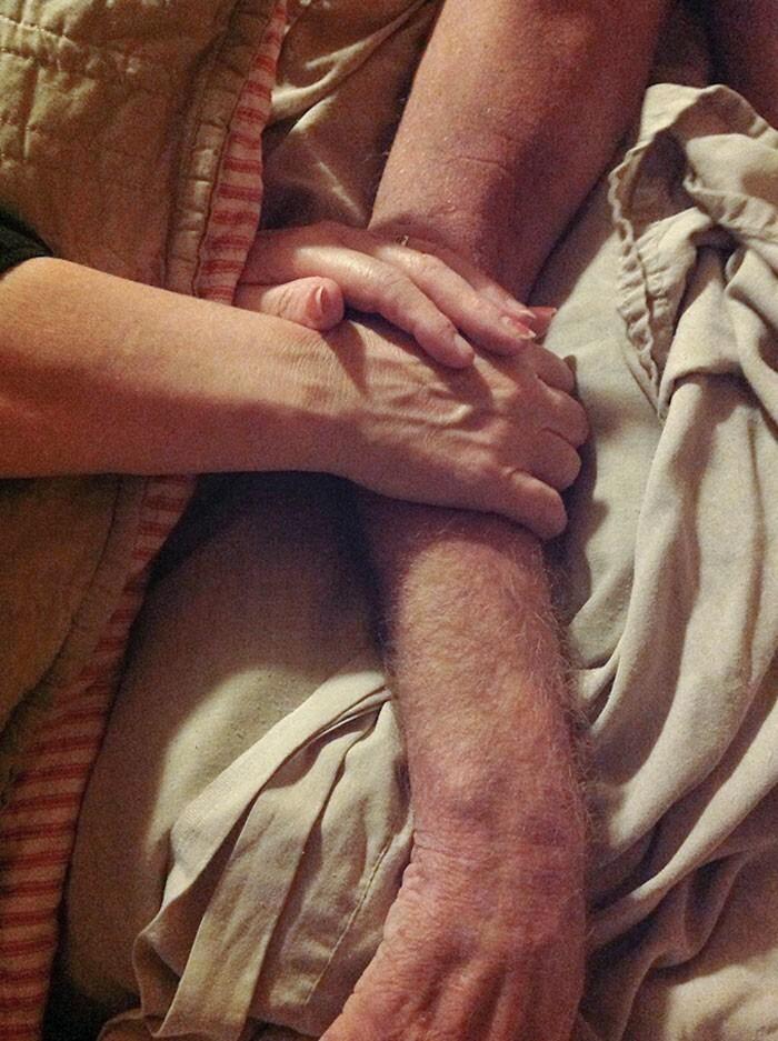 """3. """"Мама во сне держит папу за руку примерно за полчаса до того, как он скончался. Я никогда никому не показывал эту фотографию, но подумал, что она прекрасно отображает настоящую любовь"""""""