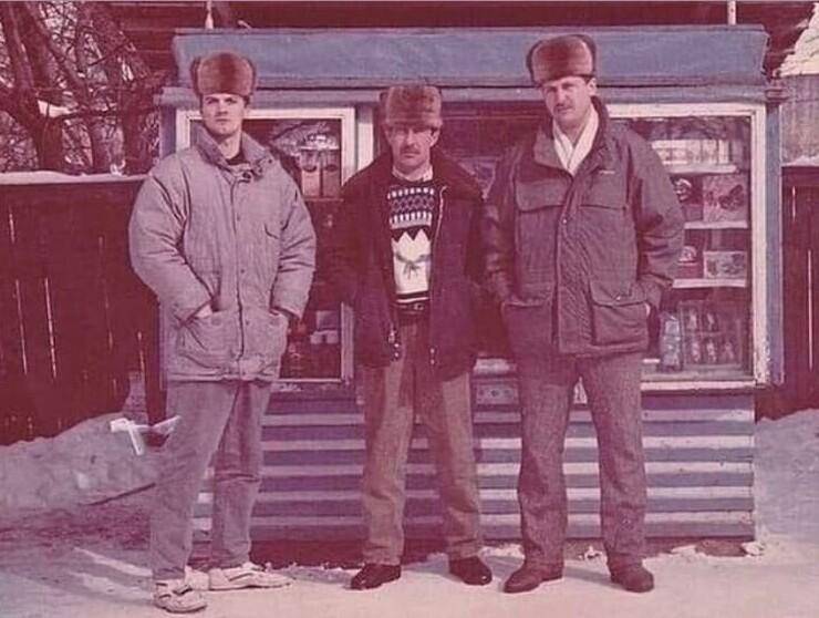 1. Партнеры у своего ларька. 1994 год