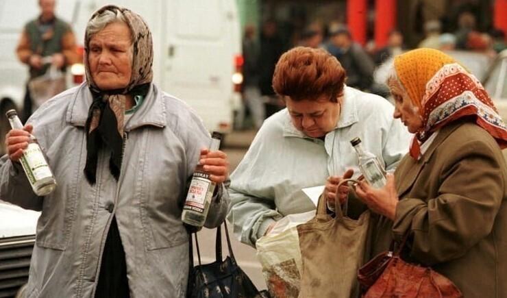 9. Бабушки продают очень дешевую водку. Москва, 1998 год