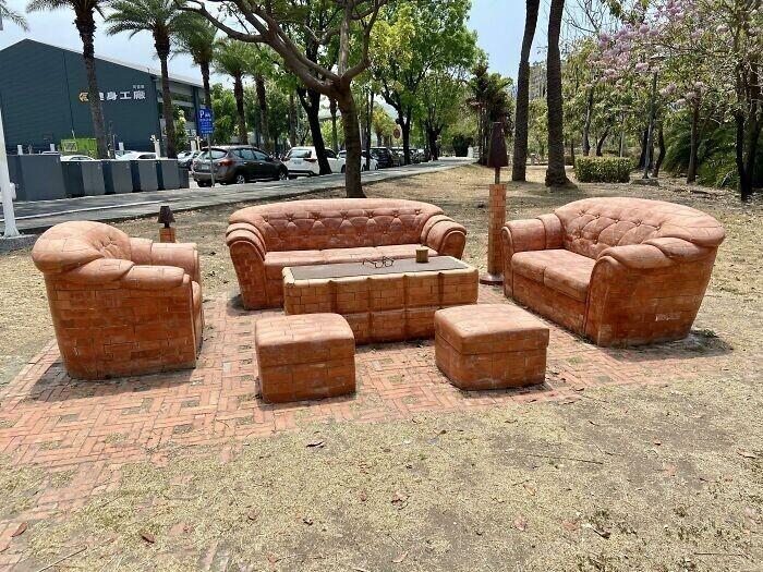 Трудно поверить, но этот набор диванов сделан из кирпича!