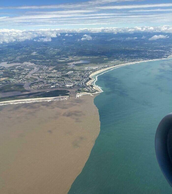 Австралия. Воды разлившейся реки встречаются с океаном