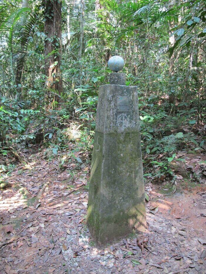 """""""Мы путешествовали по диким джунглям Амазонии и нашли вот этот пограничный столб, отмечающий границу Эквадора"""""""
