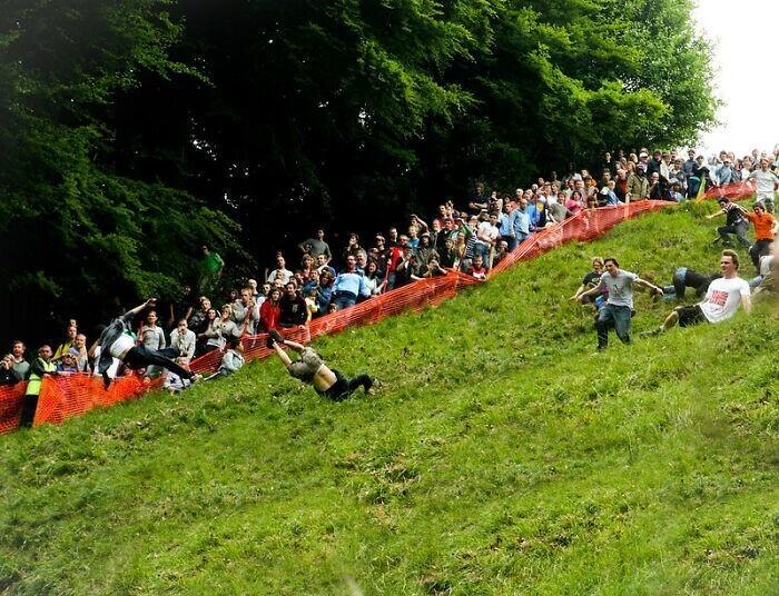 10. Жители Великобритании соревнуются в скорости с гигантским колесом сыра