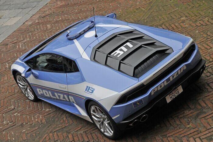 5. В автопарке итальянской полиции есть Lamborghini