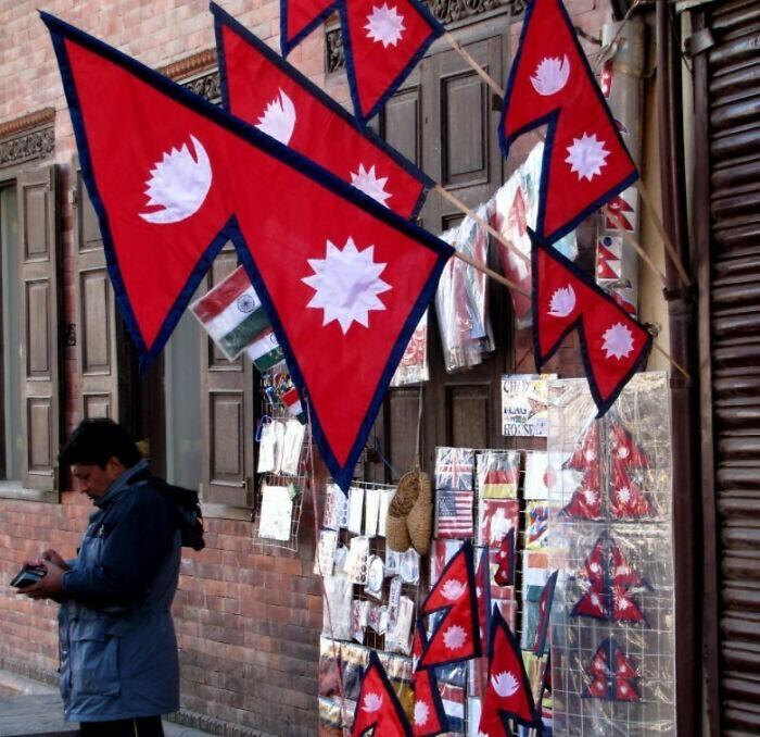 2. Флаг Непала - единственный в мире государственный флаг непрямоугольной формы
