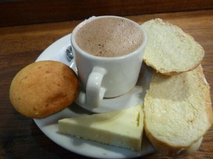 7. Колумбийцы пьют горячий шоколадный сыр