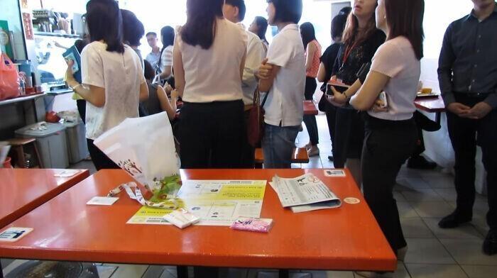 24. Люди в Сингапуре резервируют места в общественных ресторанах