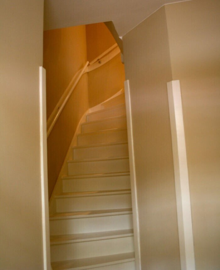 11. В Нидерландах лестницы обычно очень крутые и узкие
