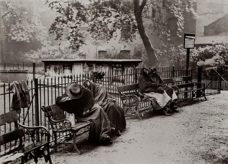 Бездомные женщины спят у церковной ограды