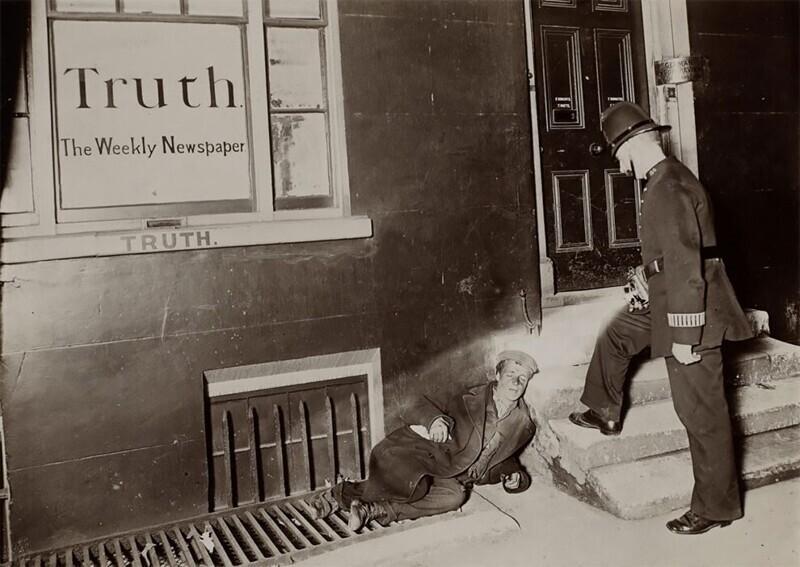 Полицейский гонит бездомного от порога редакции еженедельной газеты
