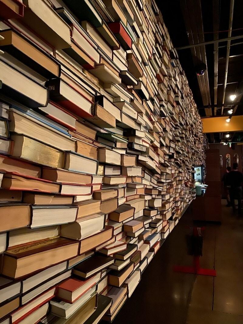 Стена в общественном заведении, сделанная полностью из книг
