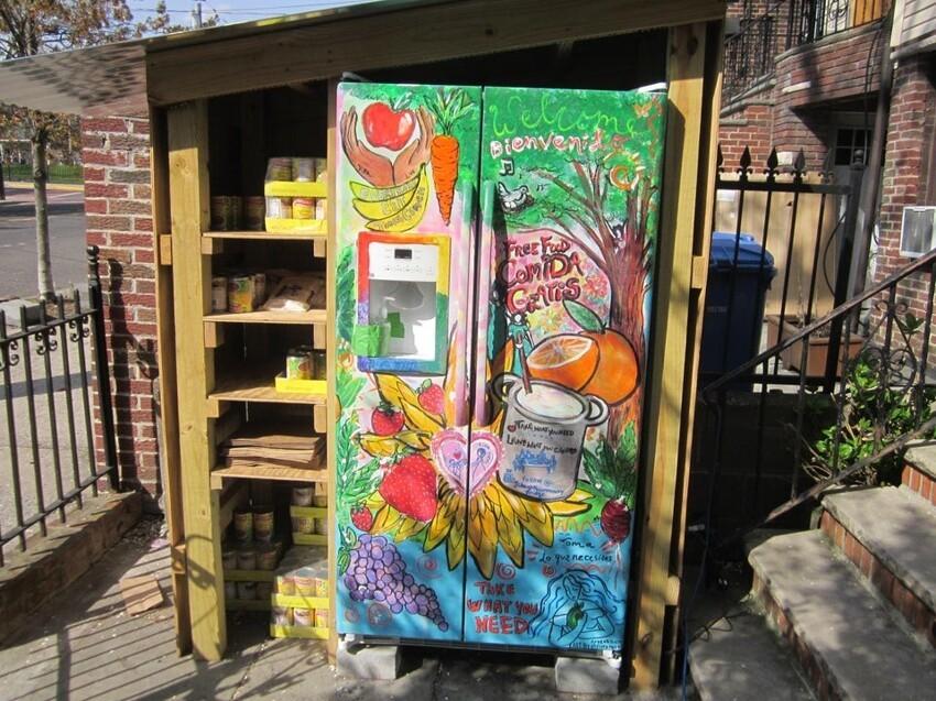 Общественный холодильник в Нью-Джерси (Возьмите то, что вам нужно, и оставьте то, что вы можете).
