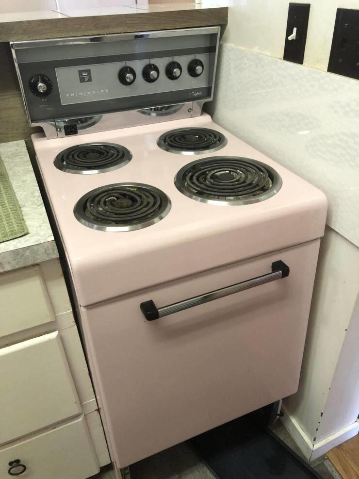 10. Олдскульная розовая плита в новой квартире
