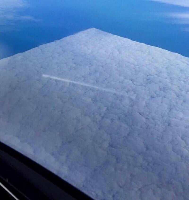 Пролетающие самолеты сделали облако квадратным