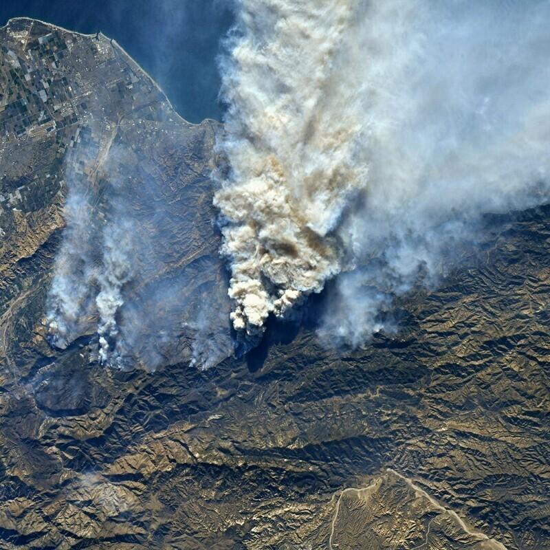 Вид на лесной пожар с космической станции
