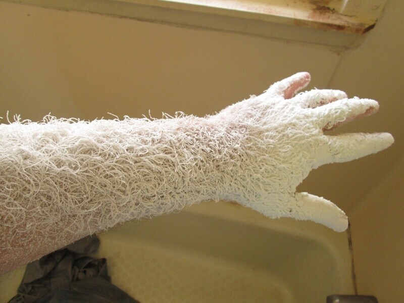 Рука после часа шлифовки дерева