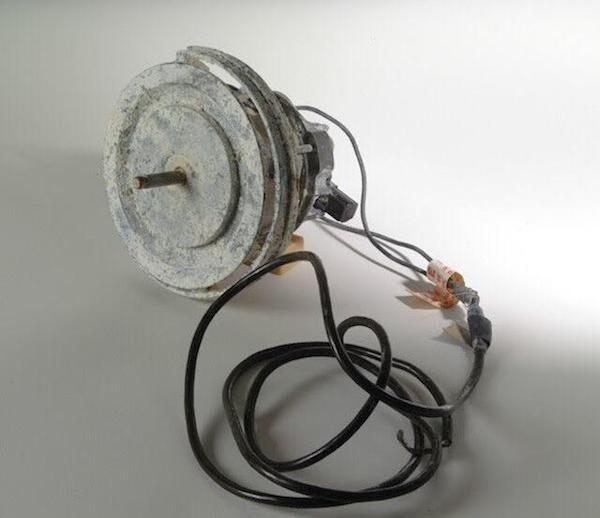 Они также собрали эту дрель из мотора пылесоса. С ее помощью они просверлили стены своей камеры