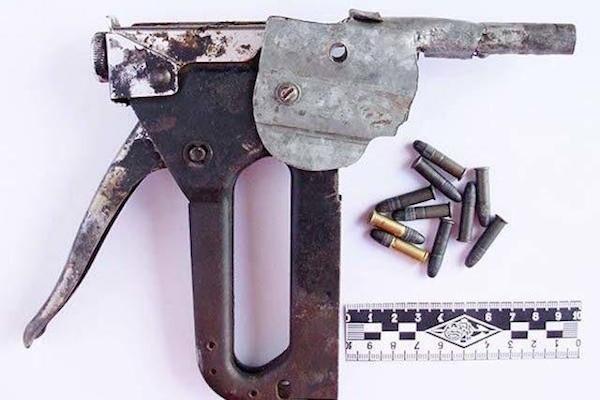 Пистолет, сделанный из степлера, стреляющий патронами 22 калибра