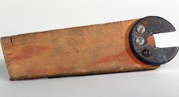 Ключ, собранный из куска дерева, пары винтов и шайбы