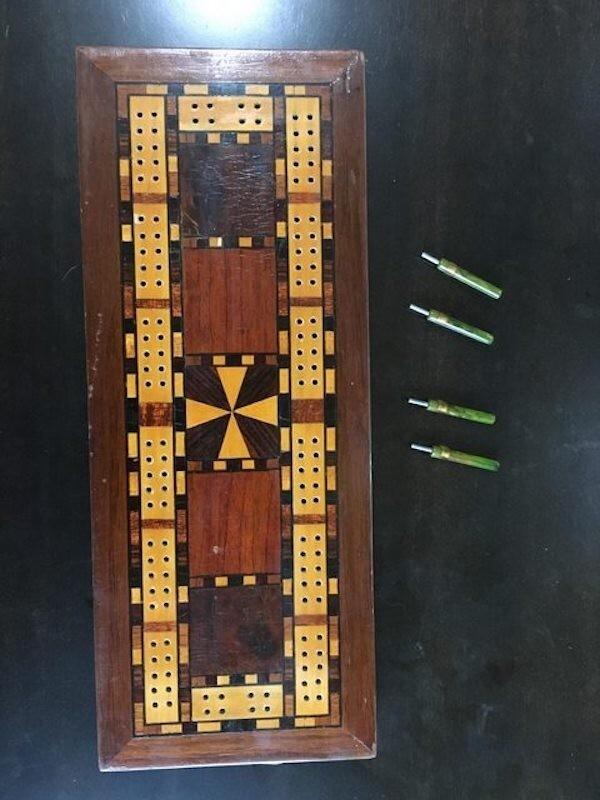 Эту доску для криббеджа сделал заключенный Алькатраса и подарил ее повару в знак признательности. Колышки он изготовил из зубных щеток