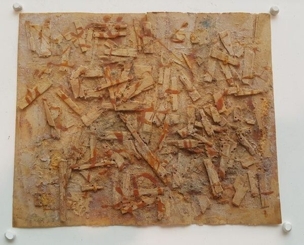 Эту абстракцию сделали из кусочков сломанных коробок для ланча, риса, пасты из красного перца и соевого соуса