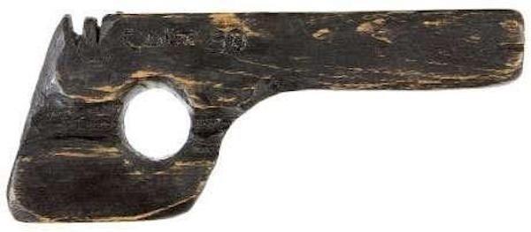 Деревянный пистолет, с помощью которого Джон Диллинджер сбежал из тюрьмы в Индиане. Экспонат продали на аукционе за 19 000 долларов