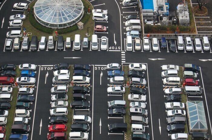 В Японии в основном паркуются только задом