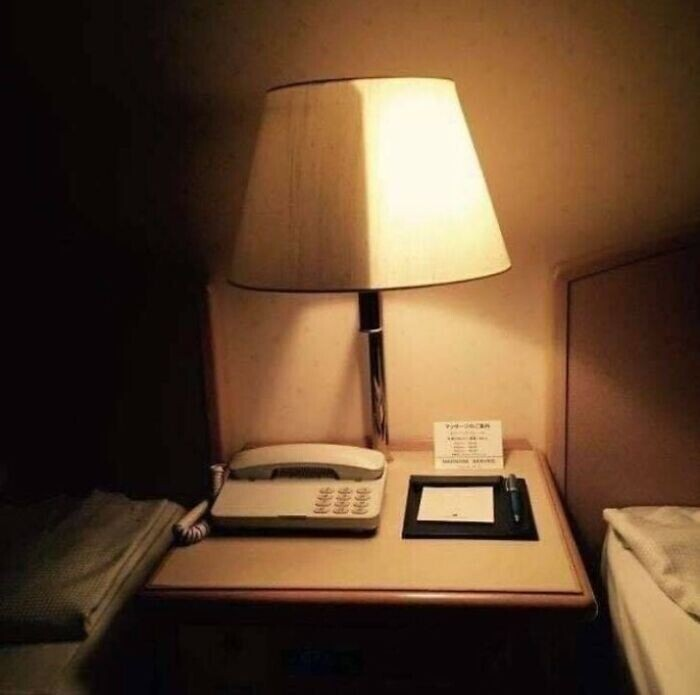 В некоторых отелях есть специальные двойные лампы для разных кроватей - каждый гость может регулировать необходимую для себя яркость света