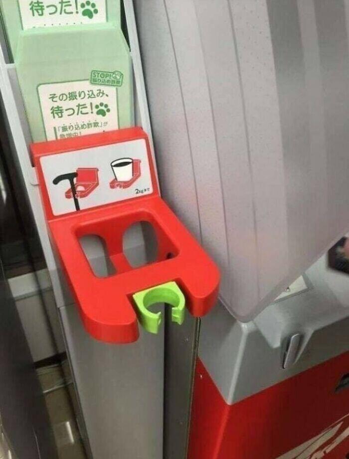 Рядом с банкоматами располагается держатель для трости и подстаканник