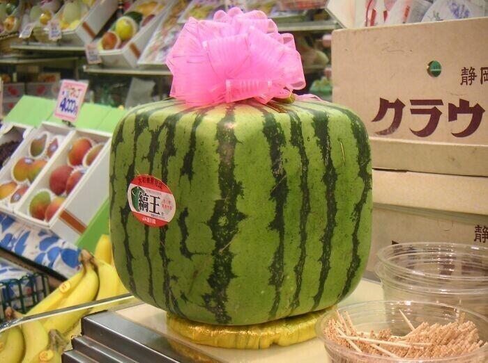 В японских магазинах продают квадратные арбузы - их специально выращивают в ящиках, чтобы они приняли такую форму