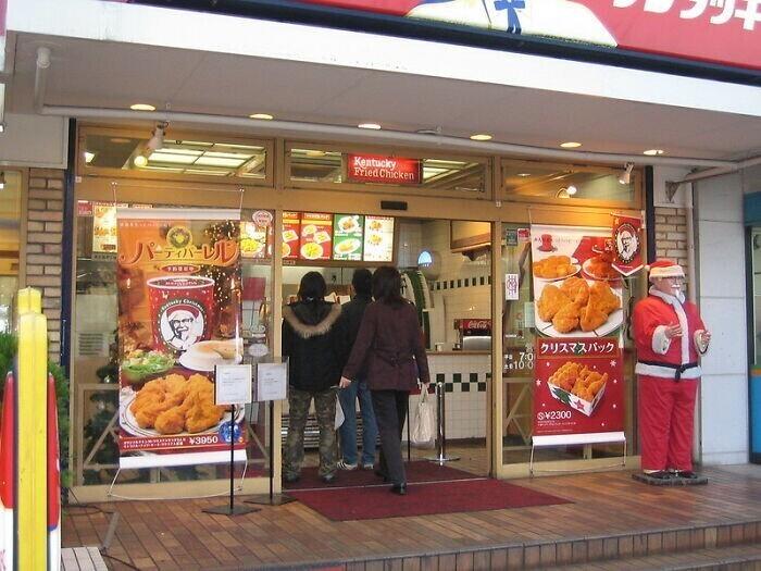 Традиционный рождественский ужин в Японии - еда из KFC