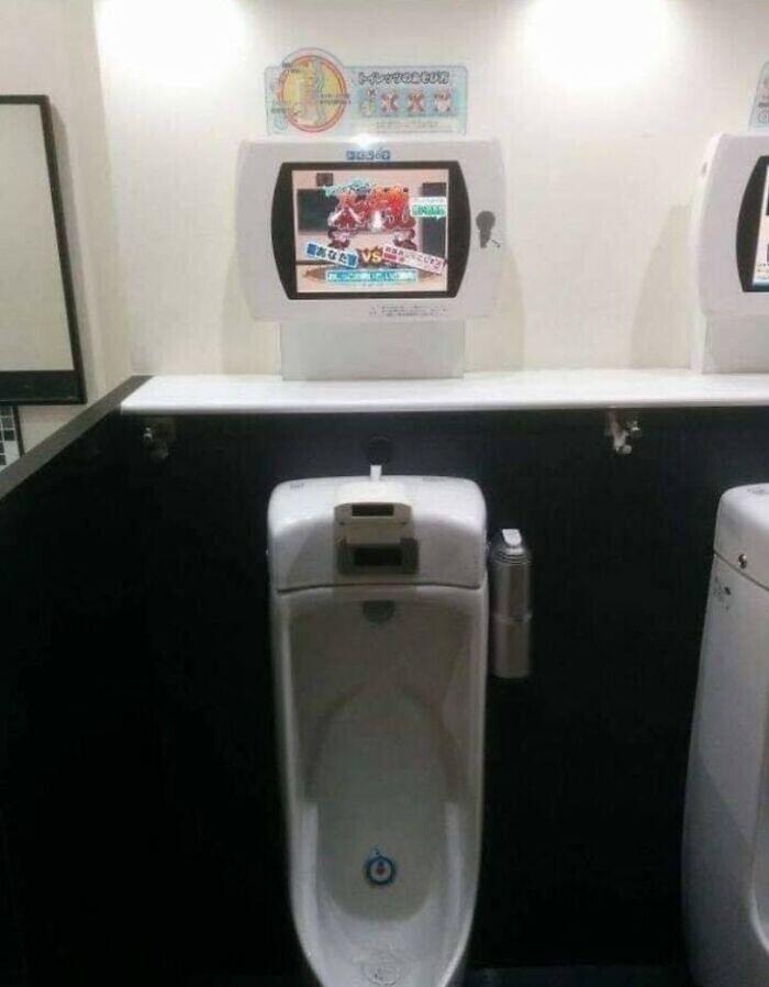 В некоторые унитазы в общественных местах встроены видео-игры Sega Toylet, в которые можно играть только струей. Это опять же призывает японцев к чистоте