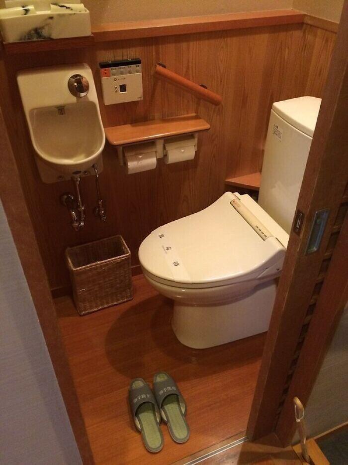 Ходить в туалет принято в специальных тапочках