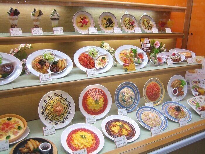 В японских ресторанах представляют копии блюд - они могут стоить больше самих блюд, но зато экономят продукты и выглядят максимально похоже на реальные блюда. Ранее муляжи делали из воска, а сейчас - из поливинилхлорида