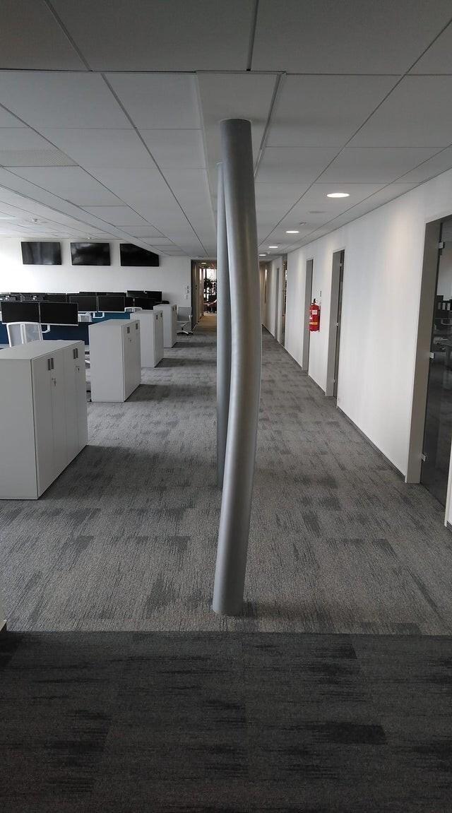 Наш офис находится на первом этаже, совсем недавно эти столбы были ровными