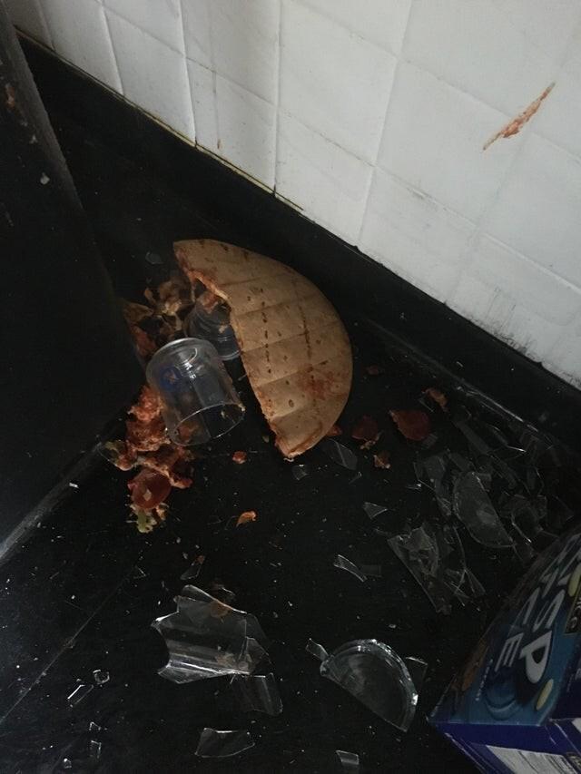 Сначала упала ваза, потом на неё упала пицца