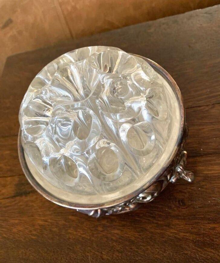 """""""Что за странный круглый кусок стекла с дырками на серебряной подставке?"""""""