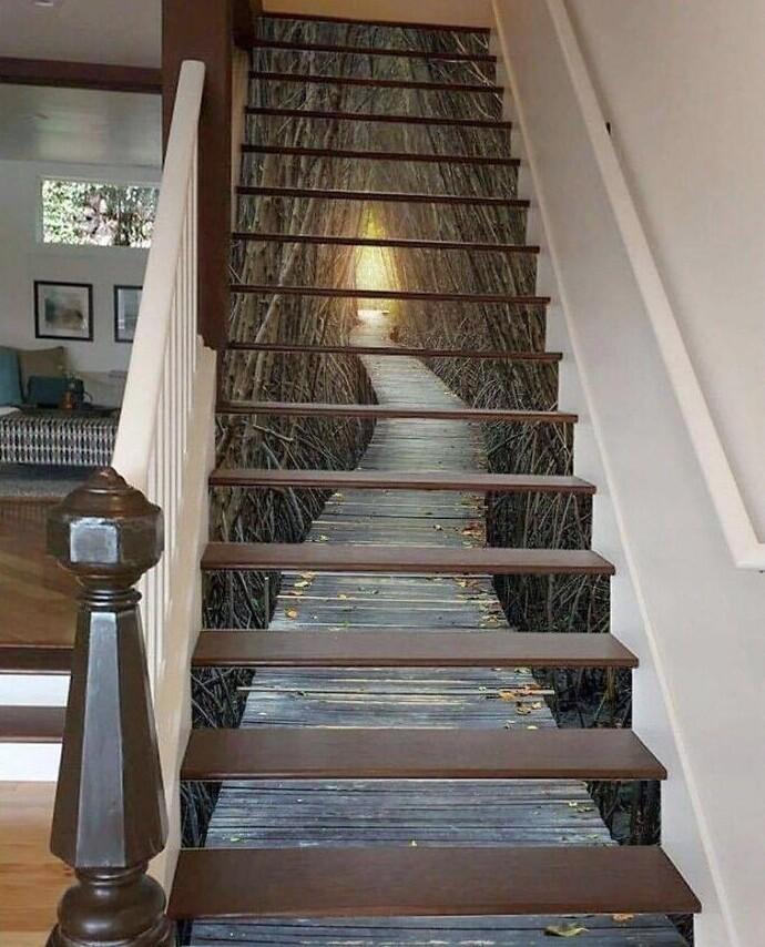 Визуальное расширение пространства под лестницей: дизайнер - гений!