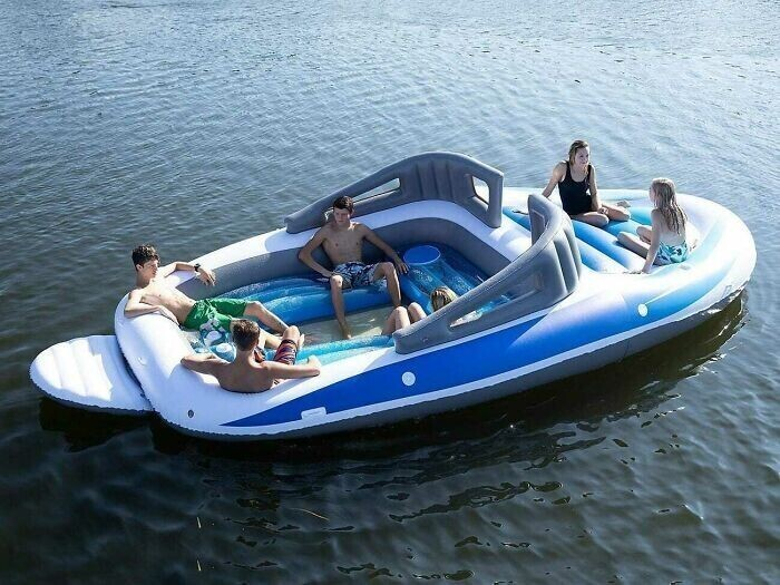 Надувные матрасы в лодке никогда не помешают: и сидеть удобно, и купаться прикольно
