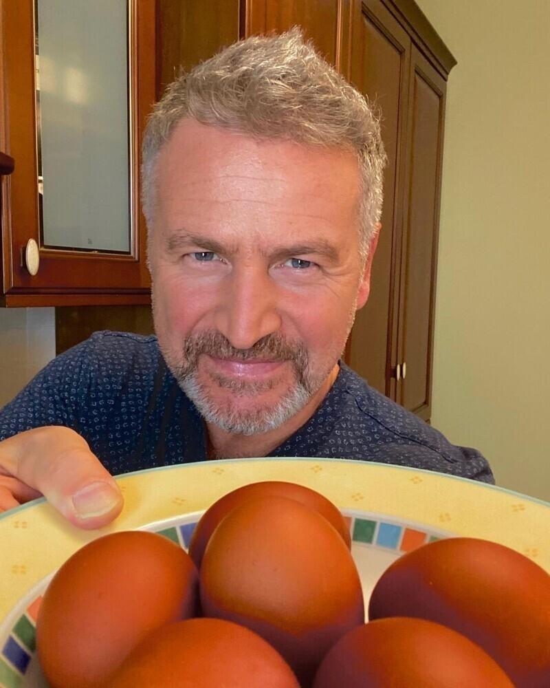 14. Агутин покрасил яйца в луковой шелухе