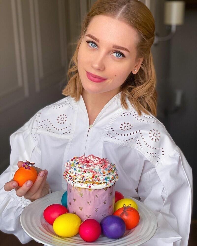 8. Пока бывшая жена Харламова - Кристина Асмус - поздравляет всех с Пасхой