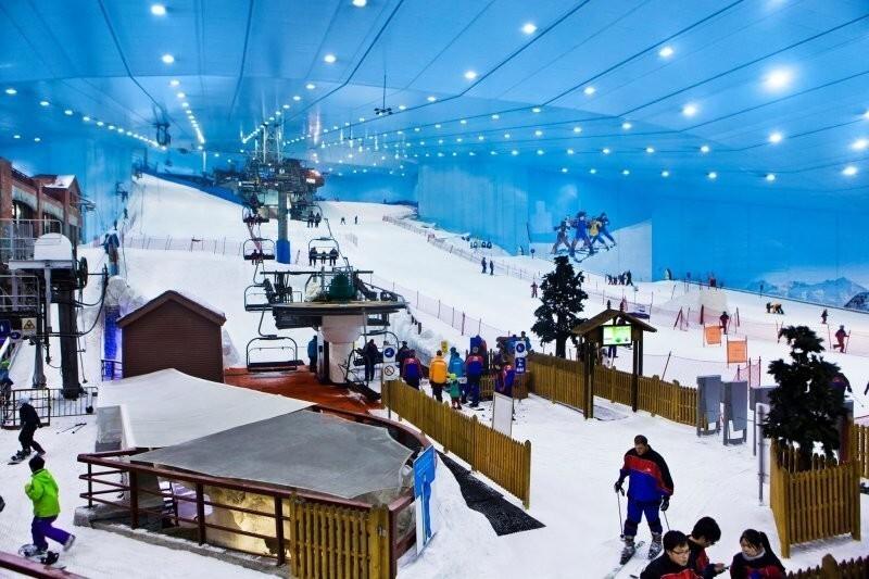 Можно покататься на лыжах в самом большом торговом центре мира, когда на улице выше 50°C