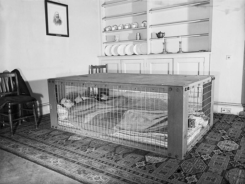 Специальная кровать на случай авиаудара, во время Второй мировой войны