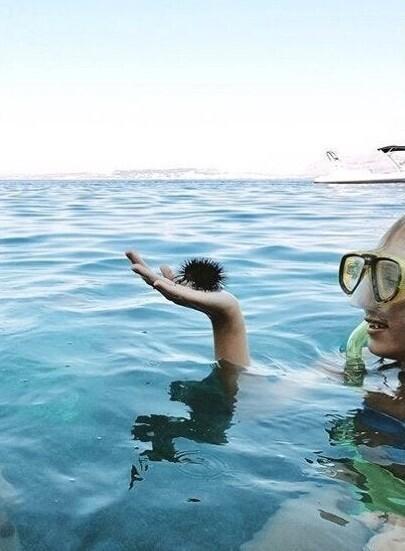 7. Вы тоже видите здесь кучерявого мужчину, который собрался нырять в воду?