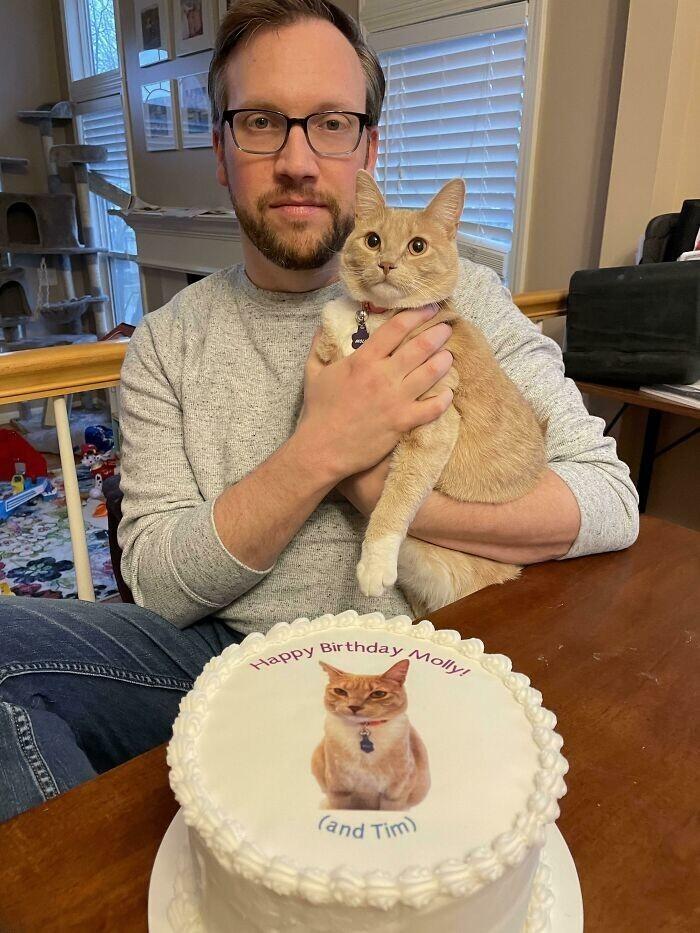 """32. У мужа и кошки день рождения почти в один день. Надпись на торте: """"С днем рождения, Молли! (и Тим)""""."""